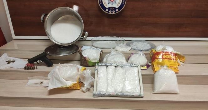 Kedi maması poşetlerinden piyasa değeri 1,5 milyon TL olan uyuşturucu çıktı