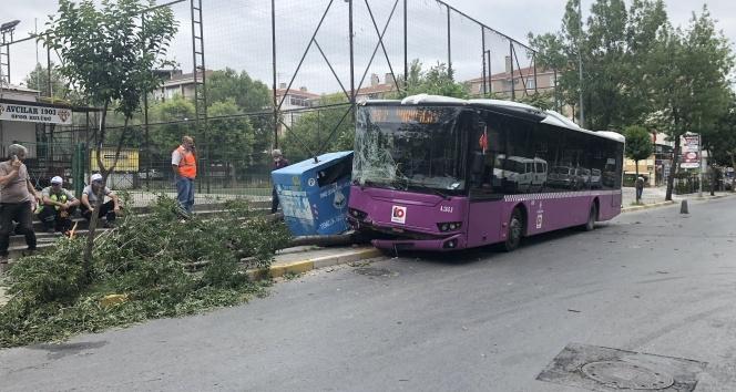 Sürücüsünün fenalaştığı yolcu otobüsü önce konteynıra ardından ağaca çarptı