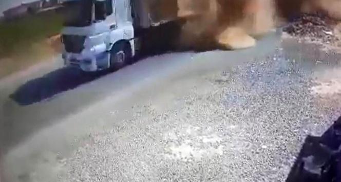 Üzerine saman balyaları düşen motosiklet sürücüsü öldü