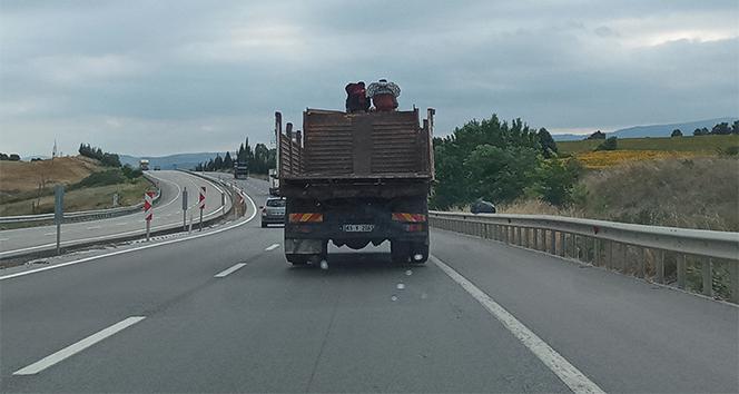 Bursa'da kamyon üstünde tehlikeli yolculuk