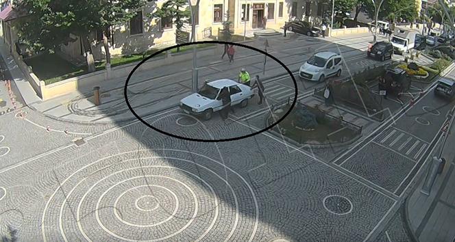 Aracı arıza yapınca zor durumda kalan sürücünün yardımına polis memuru yetişti