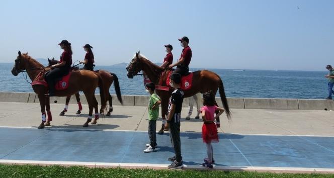 Bostancı sahilde atlı polislerden Kurban Bayramı denetimi