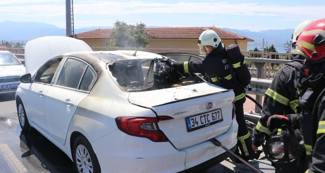 Tatile giden çift yanan otomobillerinden son anda kurtuldu