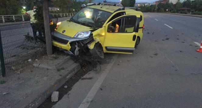 Lastiği patlayan ticari taksi karşı şeride geçip ağaca çarptı: 2 yaralı