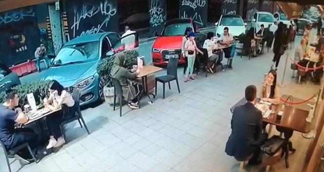 Karaköy'de iki hırsız önce ellerini dezenfekte etti ardından çantayı çaldı
