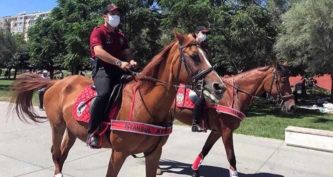 Avcılar'da sahilde atlı polislerden maske ve sosyal mesafe uyarısı