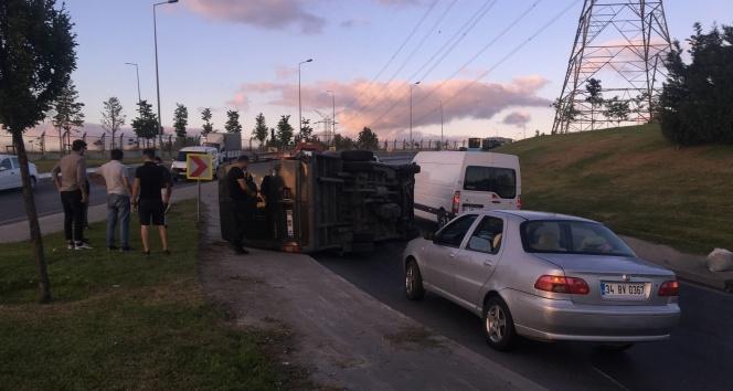 Esenlerde kargo minibüsü devrildi, sürücü kazayı hafif sıyrıklarla atlattı