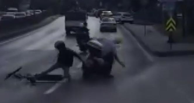 Elektrikli scooter ile motosikletin çarpıştığı anlar kamerada