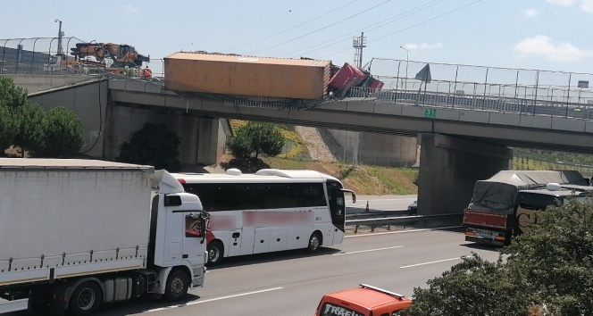 Devrilen tır TEM Otoyolu üzerindeki köprüde asılı kaldı