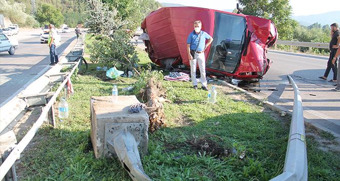 Minibüs direğe çarparak takla attı: 5 yaralı