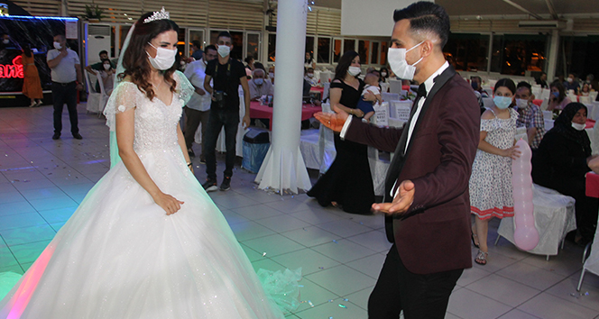 Düğün salonlarında koronavirüs denetimi: Gelin ile damat sosyal mesafeli dans etti