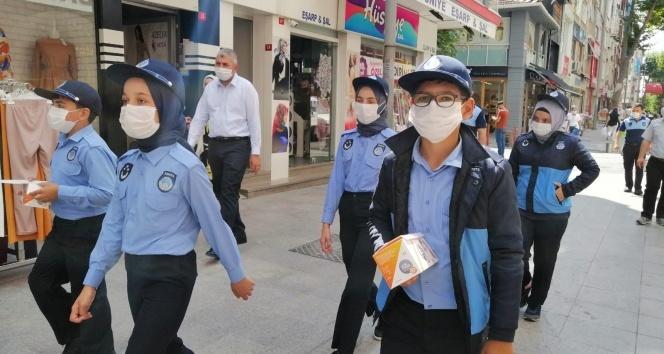 Maske takmayan esnafa çocuk zabıtadan tepki: 'Temizlik bahane değil maskenizi takın'