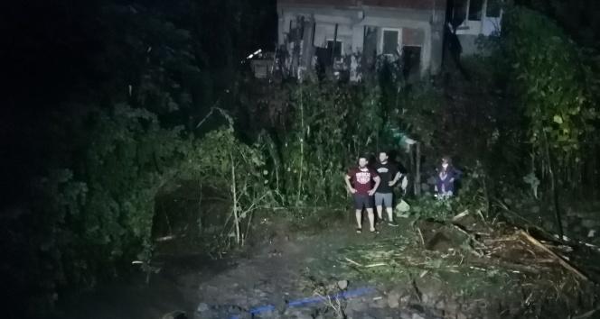 Rize'de taşan dere suları nedeniyle evlerinde mahsur kalan 3'ü çocuk 7 kişilik aileyi AFAD ekipleri kurtardı