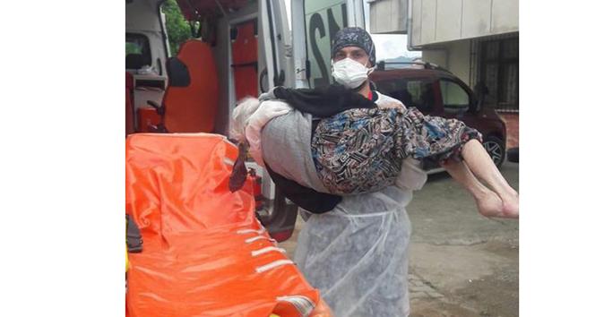 Rize sağlık çalışanı hastayı ambulansa kadar kucağında taşıdı