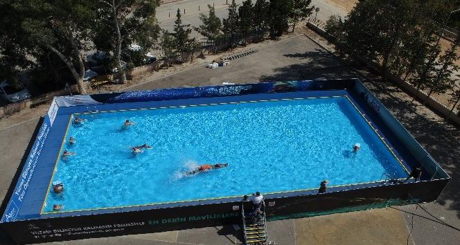 Antalya'da okul bahçesine portatif yüzme havuzu