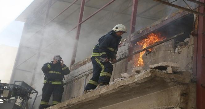 Antalya'da tadilatı yapılan bir iş yerinde  yangın