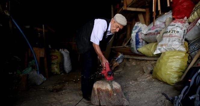 78 yaşındaki bastoncu dede, gençlere taş çıkarıyor