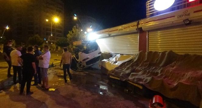 Kontrolden çıkan otomobil takla atarak marketin önünde durdu: 2'si ağır 3 yaralı