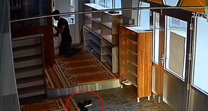 Cami cemaatini çileden çıkaran hırsızı, ayakkabıları yakalattı