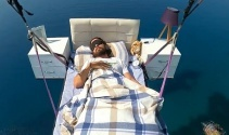 Alanya'da 'yatakla' uçtu, gökyüzünde uyudu