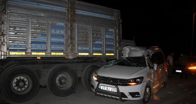 Kazada savrulan araç tırın altına girdi, sıkışan yaralı kurtarıldı