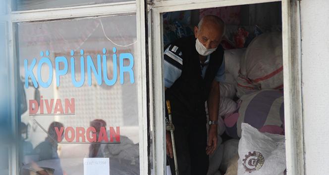 Karantinada olması gereken yaşlı adam dükkanında yorgan dikerken yakalandı