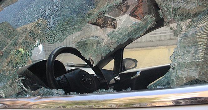 Şanlıurfa'da eline demir levyeyi alan kadın 21 aracın camını kırdı