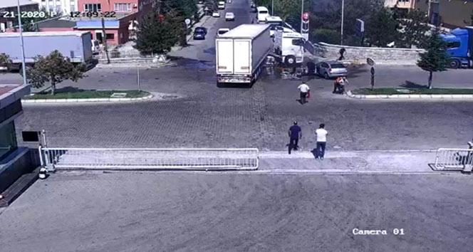 Kazayı gören eline yangın tüpü alarak koştu
