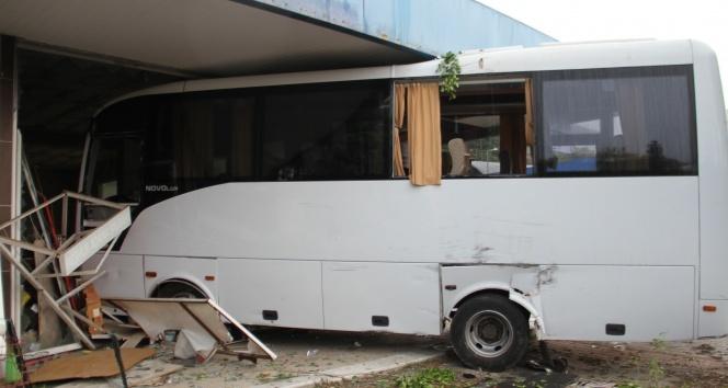 Boş dükkana giren otobüs bina sahiplerini ayağa kaldırdı