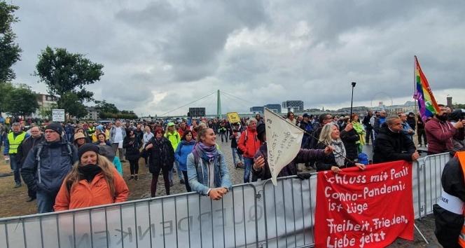 Köln'de Covid-19 tedbirleri protesto edildi