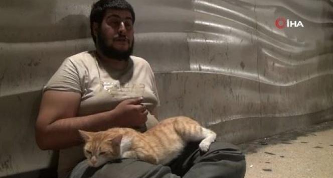 Taksim'de evsiz Mazlum ve kedinin dostluğu
