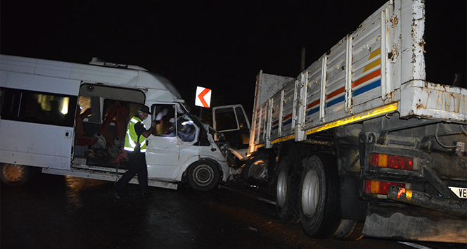 Minibüsle kamyon kafa kafaya çarpıştı: 1'i ağır 15 yaralı