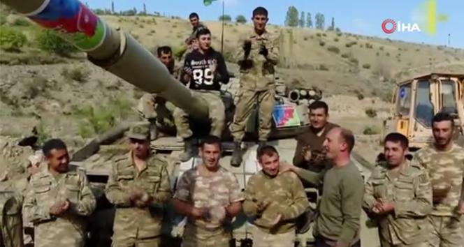 Azerbaycan askerlerinden, Ermenistan tankının üzerinde zafer şarkısı