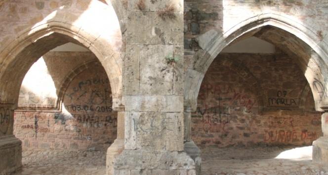 2,5 asırlık tarihi Külliye, karalama duvarı haline geldi