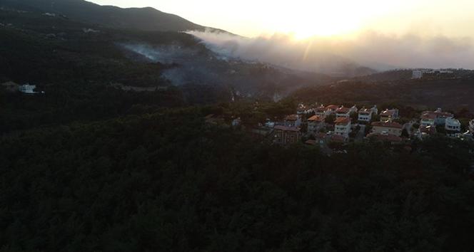 Hatay'da orman yangını yerleşim yerlerini tehdit ediyor