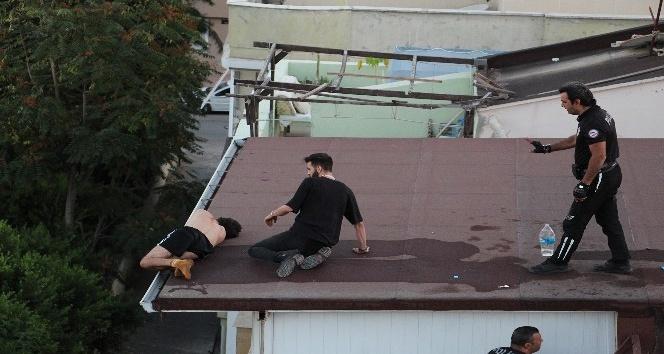 Dört katlı binanın çatısının ucunda sızıp kaldı