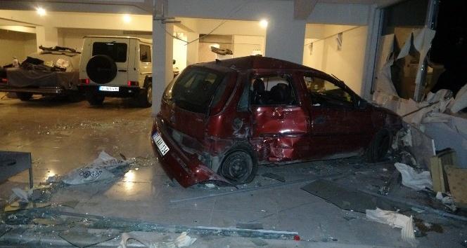 Antalya'da virajı alamayan otomobil dükkana girdi :1 yaralı