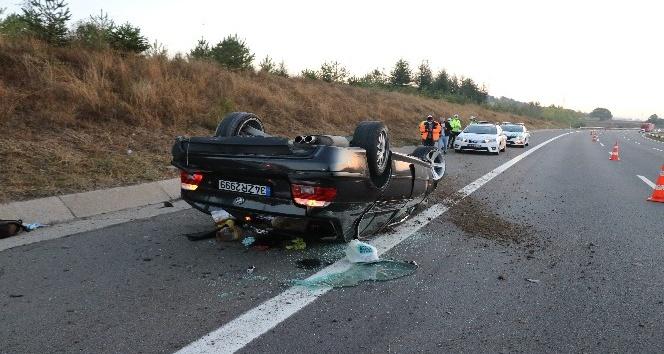 TEM'de lastiği patlayan otomobil takla attı: 4 yaralı