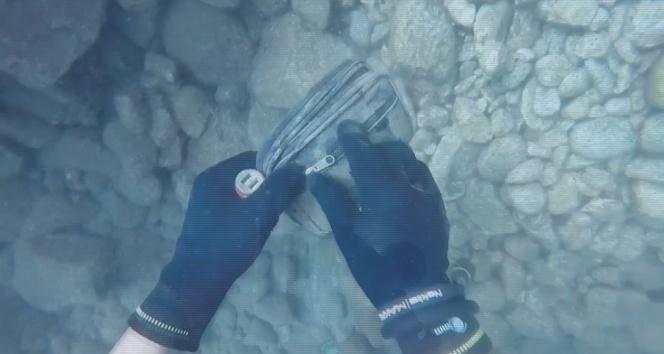 Denizde bulduğu para dolu çantayı sahibine gönderdi