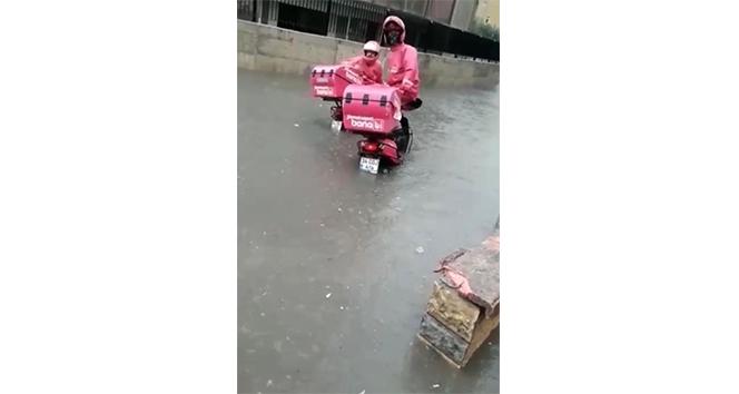 Yoğun yağış sonrası sipariş götüren motosikletli kuryeler mahsur kaldı