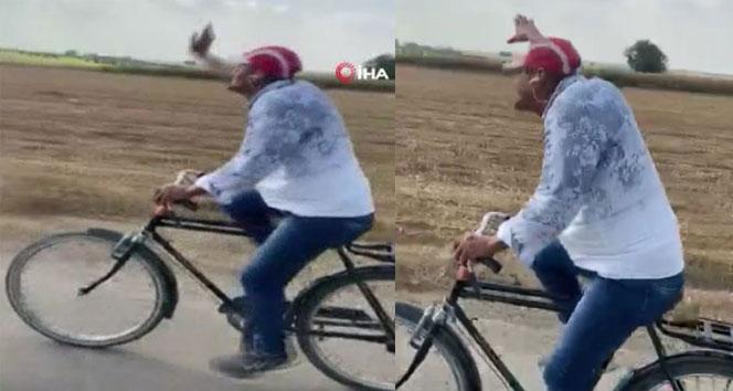 Müziğin ritmine kendini kaptırıp dans eden bisikletli güldürdü