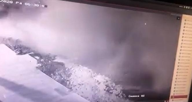 Refüje çarpan tır, tozu dumana katıp yan yattı