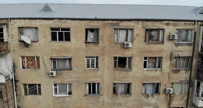 Gence'de füze saldırısı sonucu camları kırılan savaşzedeler kırılan camlarını naylon ve kilimle örttü