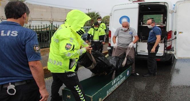 Kaldırıma çarpıp tahliye kanalına düşen motosiklet sürücüsü öldü