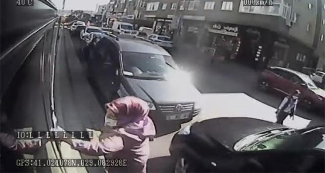Otobüse alınmayınca şoföre kızdı, otobüsü yumrukladı, kırmızıya boyadı