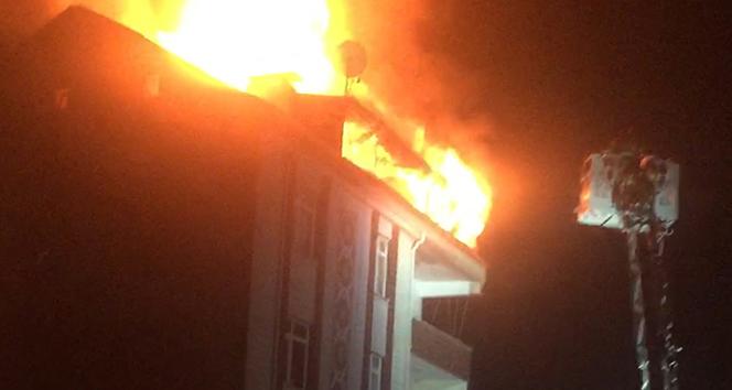 Esenyurt'ta 5 katlı binanın çatı katı alev alev yandı