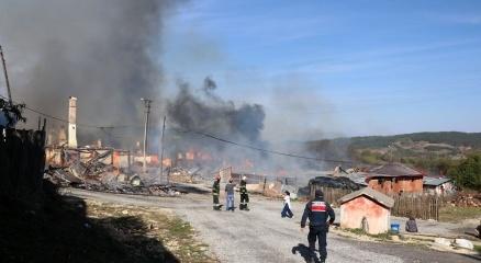 Boluda köyde çıkan yangın 12 evi kül etti