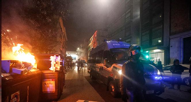 Roma'da Covid-19 tedbirlerini protesto eden aşırı sağcı grup polisle çatıştı