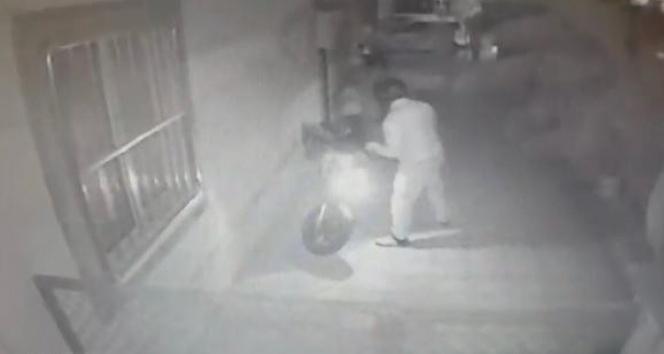 Saniyeler içerisinde motosiklet hırsızlığı kamerada