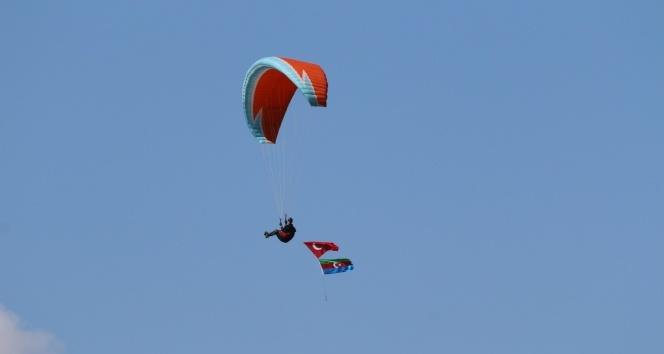 Paraşütle atlayıp Türk ve Azerbaycan bayrakları açtılar